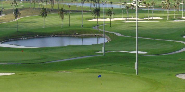 поле для гольфа на курорте Санья
